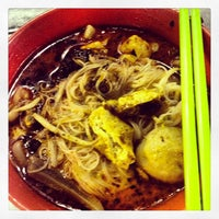 Photo taken at Chulia St. Night Hawker Stalls by Benedict K. on 3/10/2013