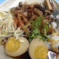 Photo taken at ก๋วยเตี๋ยวเป็ดตี๋อ้วนชวนหิว by พริกแกง แ. on 10/17/2013