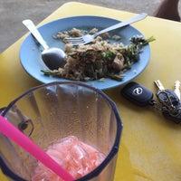 Photo taken at Restoran Tomyam Teluk Ketapang by SoL on 3/6/2017