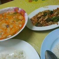Photo taken at หมวย อาหารตามสั่งรสเด็ด by Aon B. on 10/8/2012