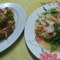 Photo taken at หมวย อาหารตามสั่งรสเด็ด by Aon B. on 10/1/2012