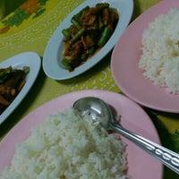 Photo taken at หมวย อาหารตามสั่งรสเด็ด by Aon B. on 9/22/2012