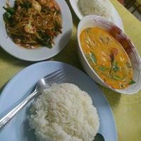 Photo taken at หมวย อาหารตามสั่งรสเด็ด by Aon B. on 10/3/2012