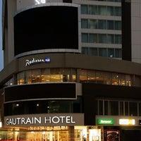 Снимок сделан в Radisson Blu Gautrain Hotel пользователем Anabella N. 12/16/2013