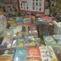 Photo taken at POPULAR Bookstore by Narsha Z. on 12/4/2016