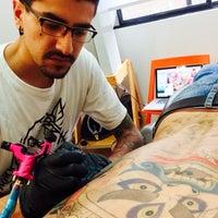 Das Foto wurde bei Oxel Tattoo Studio von Camilo L. am 6/5/2015 aufgenommen