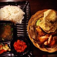 Photo taken at Ayam Penyet Borneo by Joyce C. on 3/22/2014