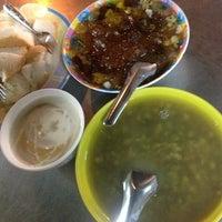 Photo taken at ร้านอาหารริมทาง สามแยกพระประแดง by Pudkum on 10/3/2013
