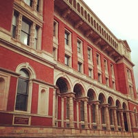 Das Foto wurde bei Victoria and Albert Museum (V&A) von Rylan H. am 3/17/2013 aufgenommen