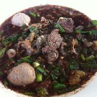 Photo taken at ก๋วยเตี๋ยวหมูทองหล่อ by Cɧєrry🍒 on 11/16/2012