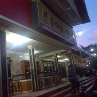 Photo taken at Rumah Makan Pagi Sore Teluk Gelam by Ulfa D. on 7/27/2014