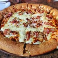 Photo taken at Pizza Hut by Haroldo F. on 5/7/2013