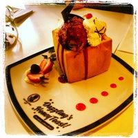 Das Foto wurde bei Dazzling Cafe Pink von Vincent C. am 10/27/2012 aufgenommen