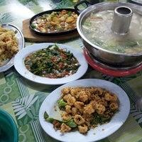 Photo taken at Restoran Ah Choon 阿春海鲜鱼头炉 by Erlene L. on 7/13/2013