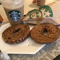 Foto tomada en Starbucks por Yami C. el 11/4/2016