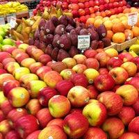 Foto tirada no(a) Whole Foods Market por Dale F. em 12/17/2012