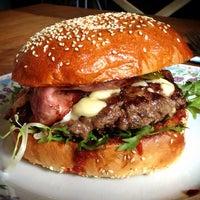 Photo prise au Dish – Fine Burger Bistro par Dragan le5/18/2013