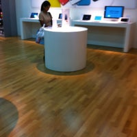 Photo taken at Infinite (Authorised Apple Retailer) by Hans A. on 12/29/2012