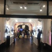 รูปภาพถ่ายที่ Guerlain โดย Enrico Maria C. เมื่อ 11/2/2012