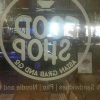 Foto scattata a Food Shop da Bemis!!!!!! !. il 4/19/2016
