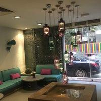 Foto scattata a Caracas Lebanese Cuisine & Cafe da Lama M. il 4/10/2017