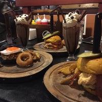 Photo prise au Rock Me Burger & Bar par Fahsai le6/28/2016