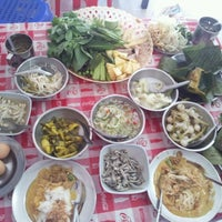รูปภาพถ่ายที่ ร้าน ขนมจีน ป้ามัย ( เจ้าเก่า ) โดย Mon C. เมื่อ 10/28/2012