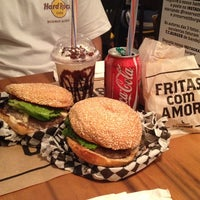 Foto tirada no(a) T.T. Burger por Gustavo R. em 9/16/2013