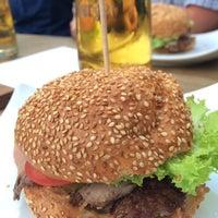 Das Foto wurde bei who's that burger von Coco am 9/4/2015 aufgenommen