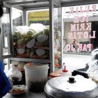 Photo taken at Rujak Es Krim - Lotis (Pasar Bantengan) by bRoto Joyo L. on 3/15/2014