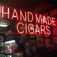Das Foto wurde bei Martinez Handmade Cigars von 💀 am 2/14/2015 aufgenommen