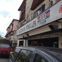 Photo taken at Restoran Yong Len by Rose G. on 11/23/2013