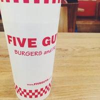 1/12/2015 tarihinde Rebekah W.ziyaretçi tarafından Five Guys'de çekilen fotoğraf