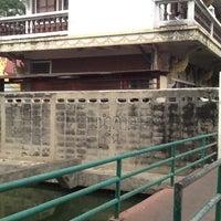 Photo taken at วัดหิรัญรูจีวรวิหาร (วัดน้อย) Wat Hiran Ruchi Worawihan (Wat Noi) by Pichitchai O. on 3/3/2013