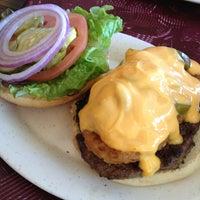 Снимок сделан в Tioli's Crazee Burger пользователем Sissi G. 12/20/2012