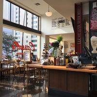 Photo taken at Cassell's Hamburgers by ekatokyo on 7/21/2017
