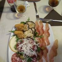 Foto scattata a Pizzeria Vesuvio da Kris N. il 7/17/2017