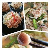 Photo taken at ก ข ค ก๋วยเตี๋ยวของใคร? by Santata_ on 3/27/2014