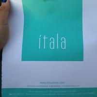 Foto tomada en Itala Store por Monica D. el 12/22/2012