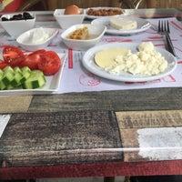 Foto tomada en ÇAKIR Menemen & Kahvaltı Salonu por Tesaduf C. el 8/24/2018