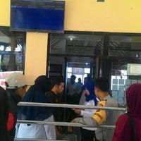Photo taken at Sultan Muhammad Kaharuddin airport Sumbawa Besar by Ibar I. on 8/4/2016
