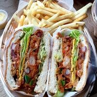 2/15/2015 tarihinde Neli P.ziyaretçi tarafından Tommi's Burger Joint'de çekilen fotoğraf