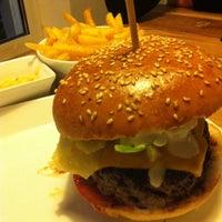 Photo taken at Richie'n Rose – Burger No.1 by Guido L. on 5/21/2013