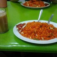 Photo taken at Al Madinah Restaurant by 😚💕 BaBy LuRp YaNaRiZz A. on 7/3/2013