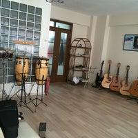 Das Foto wurde bei Ünlü Akademi Müzik von selenay k. am 7/30/2015 aufgenommen