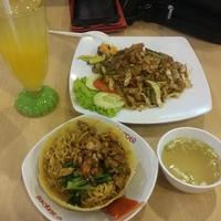 Photo taken at Foodcourt Plaza Surabaya by Lady D. on 4/6/2017