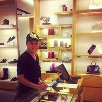 รูปภาพถ่ายที่ Louis Vuitton โดย Tony D. เมื่อ 9/18/2012