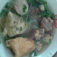 Photo taken at Bakso Kikil Seruni by Stefany J. on 5/20/2017