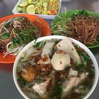 Photo taken at Bún Mọc Thanh Mai by Sungjoo Y. on 2/13/2017