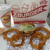 9/18/2013 tarihinde Renie H.ziyaretçi tarafından Z Burger'de çekilen fotoğraf